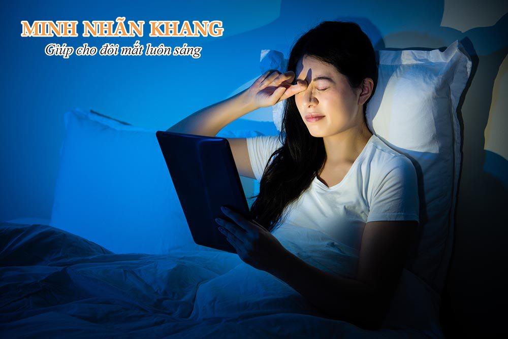 Mỏi mắt dễ phát sinh khi dùng ipad, điện thoại trong phòng tối